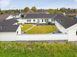 Seven-Bedroom Holiday home in Borgholm, 博里霍尔姆