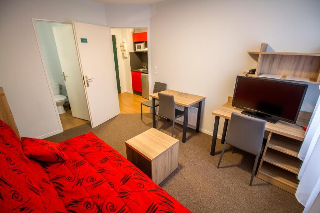 appart hotel reims champ de mars appart hotel reims champ de mars. Black Bedroom Furniture Sets. Home Design Ideas