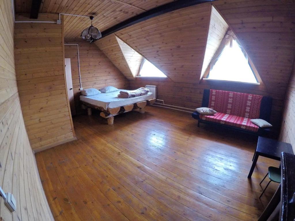 Двухместный (Двухместный номер с 1 двуспальной кроватью и дополнительной кроватью) кемпинга На Поляне, Верхняя Пышма