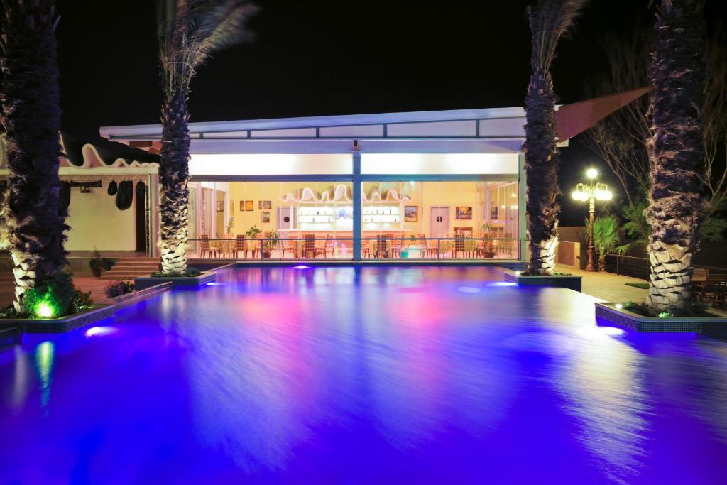 Курортный отель Crescent Beach