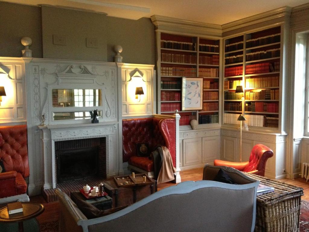 ferienhaus ch teau de vaulx frankreich saint julien de civry. Black Bedroom Furniture Sets. Home Design Ideas