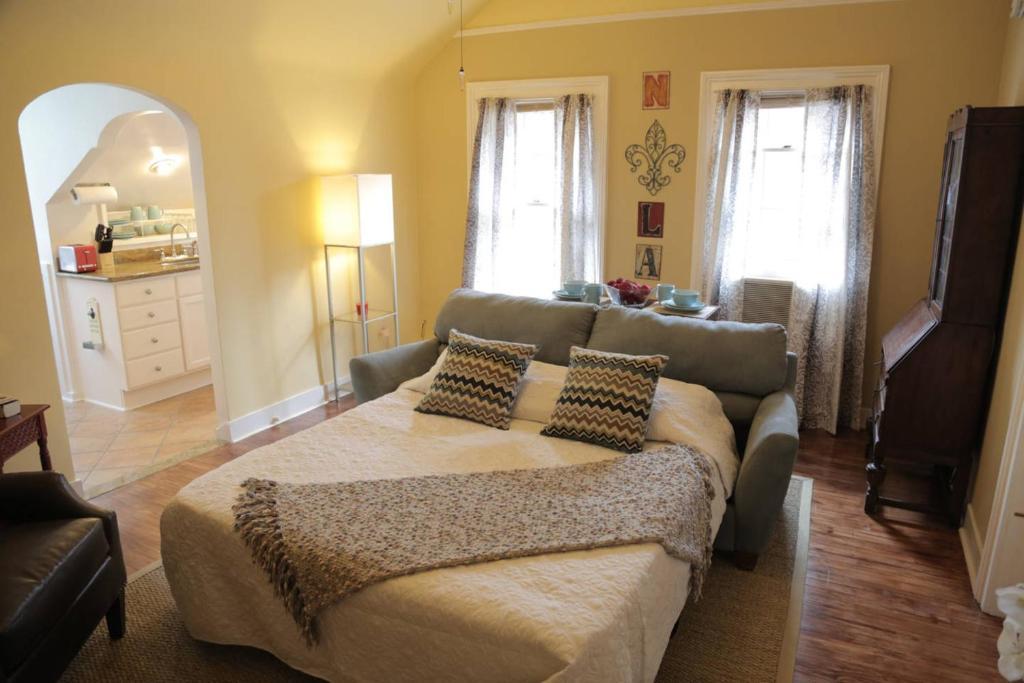 2 Bedroom Apartment On Ursulines Avenue N Orleans New Orleans M
