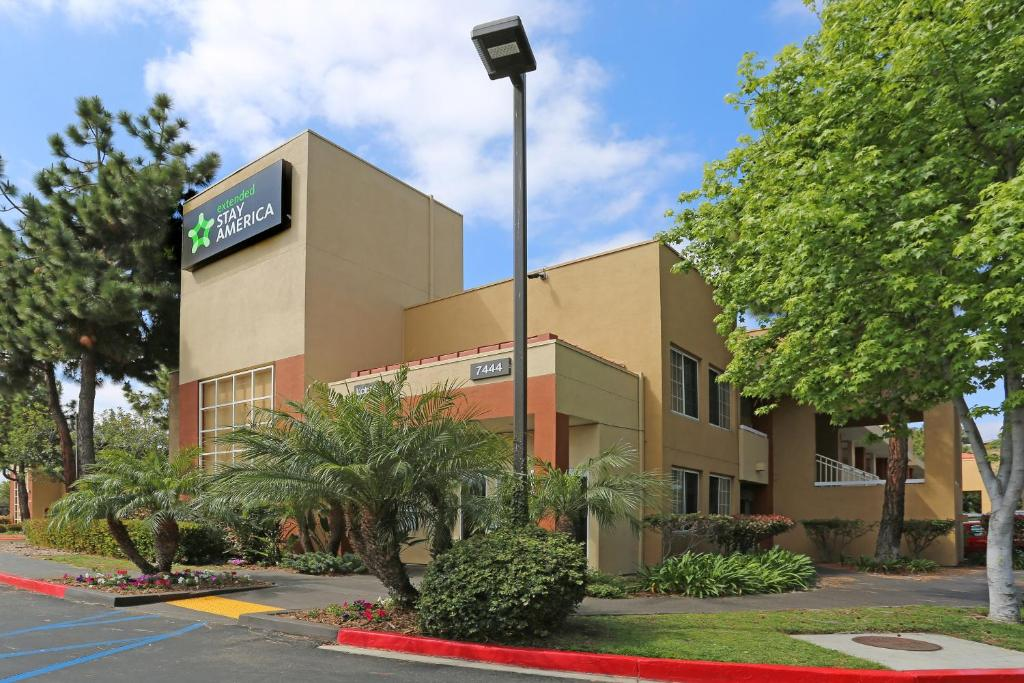مركز فاشن فالي. يعتبر فاشن فالي من افضل مراكز التسوق في سان دييغو يقع في قلب منطقة San Diego's Mission Valley وهو مكان محبب لعشاق التسوق حيث يضم حوالي متجر ومطعم في الهواء الطلق، بإمكان المتسوقين.