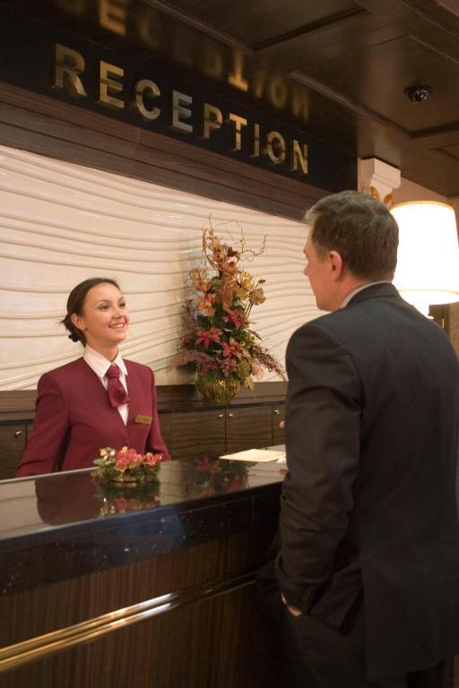 Картинки по запросу фото рецепция отеля, администратор