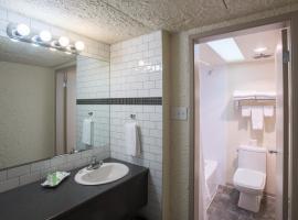 Village Green Hotel, فيرنون