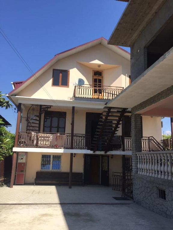 У Беслана, Сухум, Абхазия