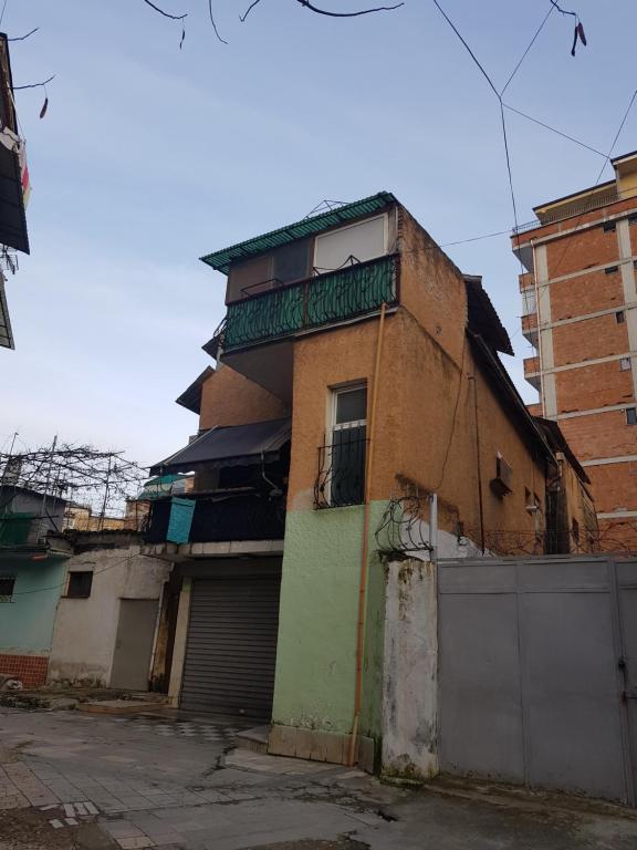 Hostel at harry fultz, Тирана, Албания