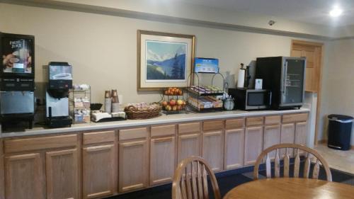 Lakeshore Inn & Suites